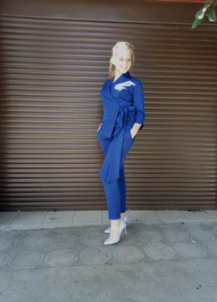 Стильный костюм насыщенного синего цвета.