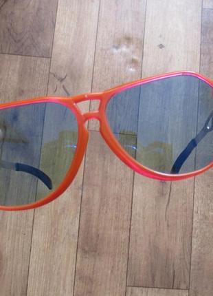Очки солнцезащитные в красной оправе, красная оправа