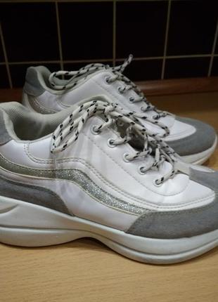 Кроссовки белые  с серым р-р 382 фото
