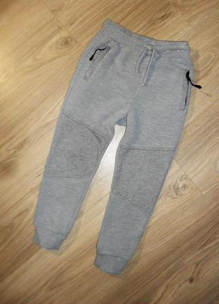 Плотные фактурные спортивные штаны на 5-6лет