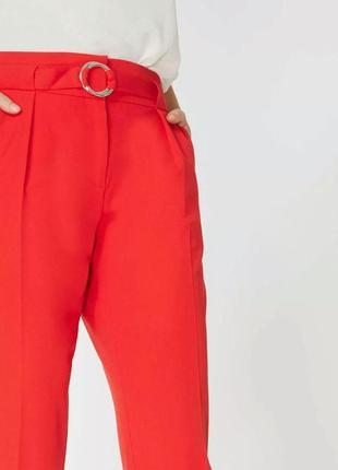 Классические красные брюки с актуальным поясом