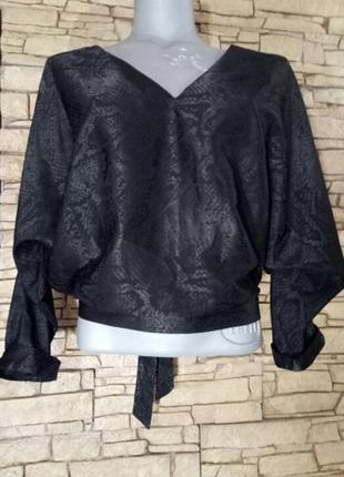 Глянцевая блуза в фактурный змкинный принт