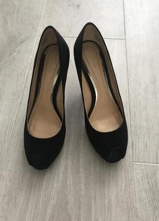 Красивые чёрные атласные туфли с открытым носком clark's