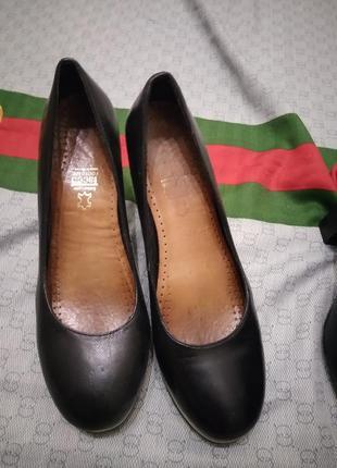 Аккуратные туфли на танкетке в черно белый принт
