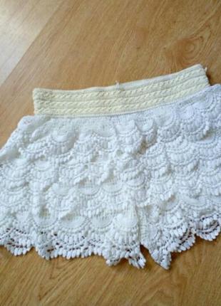Белые ажурные шорты на резинке