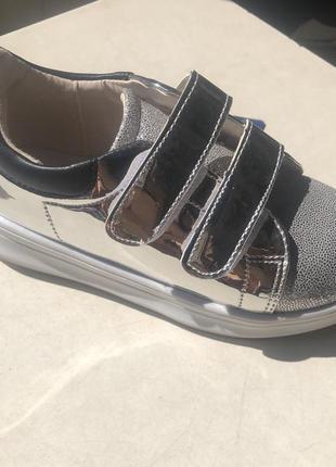 Серебристые блестящие кроссовки лаковые