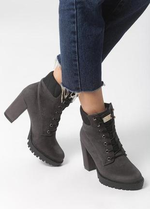 Новые шикарные женские серые демисезонные ботинки на каблуку ботильоны