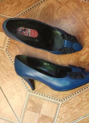 Кожаные синие туфли с бантом узким носом лодочки