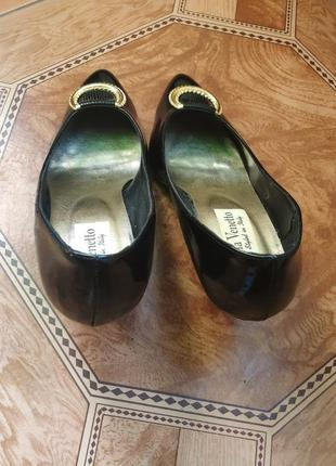 Классические лаковые черные туфли с золотой пряжкой3 фото