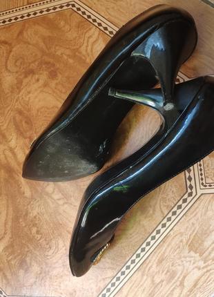 Классические лаковые черные туфли с золотой пряжкой7 фото