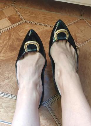 Классические лаковые черные туфли с золотой пряжкой5 фото