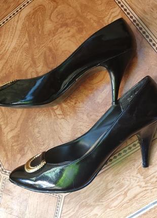 Классические лаковые черные туфли с золотой пряжкой8 фото