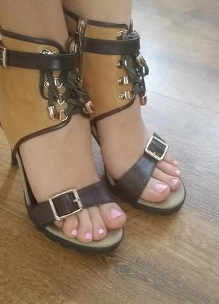Кожаные босоножки на каблуках