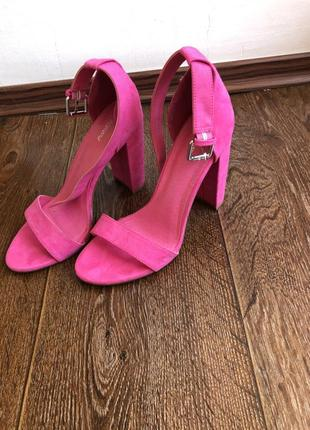 Ефектні рожеві босоножки! зручний каблук
