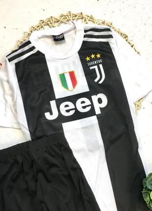 В наличии спортивная футбольная форма, футболка и шорты