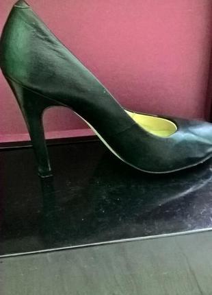 Стильні шкіряні туфлі на високому каблуці