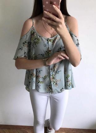 Актуальный трендовый нежный топ с открытыми плечами в цветочный принт от atmosphere, блуза