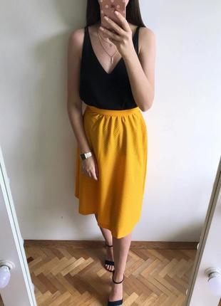 Идеальная актуальная юбка миди в мелкий горошек оранжевого цвета