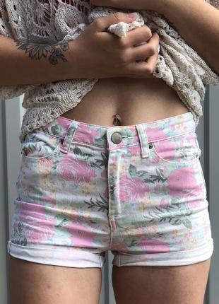Акция дня! рваные джинсовые шорты в цветочный принт