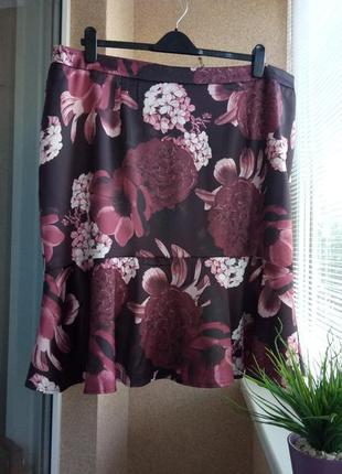 Красивая стильная юбка миди в цветочный принт из атласной ткани