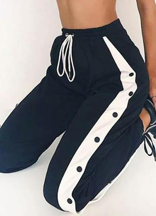 Спортивные штаны на заклёпках на манжетах