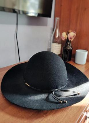 Красивая черная шляпа на осень