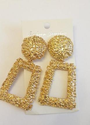 Золотые массивные серьги с фактурным узором в двух размерах