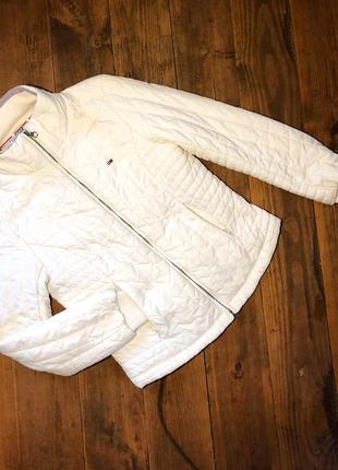Белая стёганная куртка hilfiger denim.