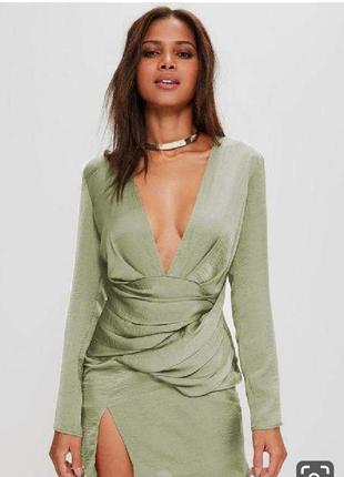 Невороятное шёлковое платье с красивым декольте оливкового цвета оливковое хаки фисташка