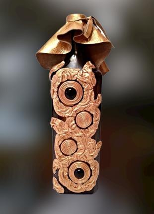Бутылка в золотой коже для вина, или ваза для цветов.