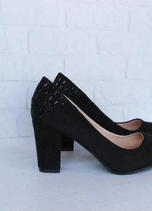 Черные туфли 39 размера на устойчивом каблуке1 фото