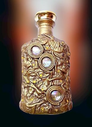 Бутылка в золотистой коже для любых напитков