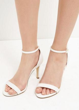 Белые босоножки с открытым носком new look