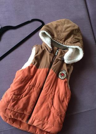 Теплая, актуальная жилетка с капюшоном на меховушке 5/6 лет , в идеале
