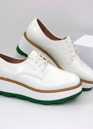 Модные белые туфли на шнурках на зеленой платформе