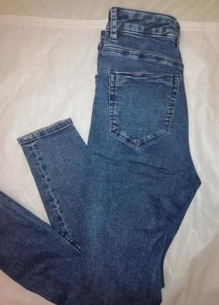 Джинсы-скинни с дырками на коленях