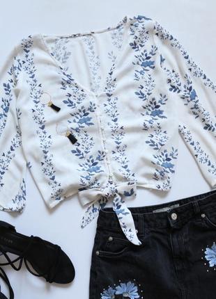 Красивая рубашка в цветочный принт с узлом на талии