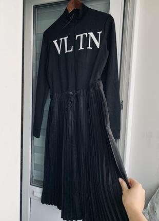 Чорна сукня плісе довжини міді