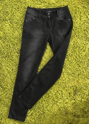 Темные джинсы отличного кроя, средняя талия