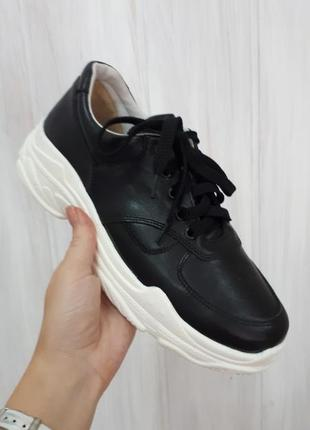 Кожаные черные кроссовки на высокой белой подошве