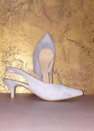 Серые светлые туфли лодочки с открытой пяткой на среднем каблуке шпильке
