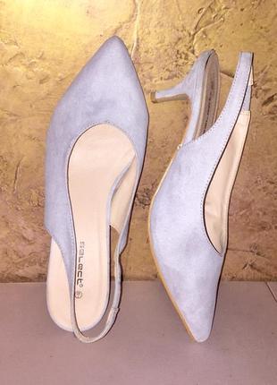 Серые светлые туфли лодочки с открытой пяткой на среднем каблуке шпильке2 фото