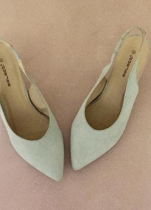 Серые светлые туфли лодочки с открытой пяткой на среднем каблуке шпильке3 фото