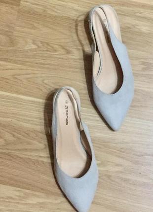 Серые светлые туфли лодочки с открытой пяткой на среднем каблуке шпильке4 фото
