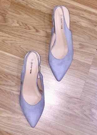 Серые светлые туфли лодочки с открытой пяткой на среднем каблуке шпильке5 фото
