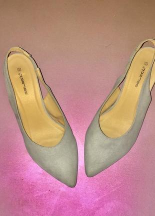 Серые светлые туфли лодочки с открытой пяткой на среднем каблуке шпильке7 фото