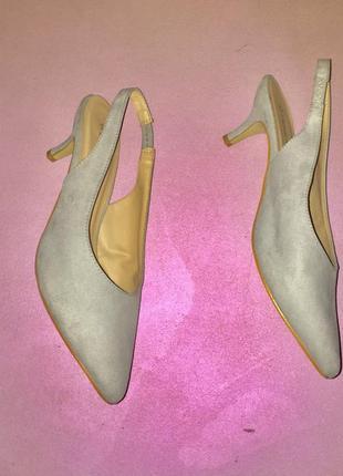 Серые светлые туфли лодочки с открытой пяткой на среднем каблуке шпильке6 фото