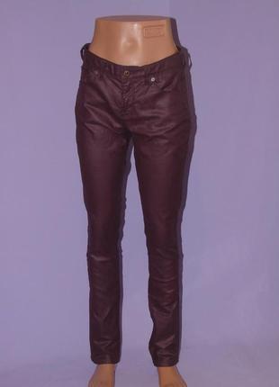 Бордовые джинсы с напылением под кожу