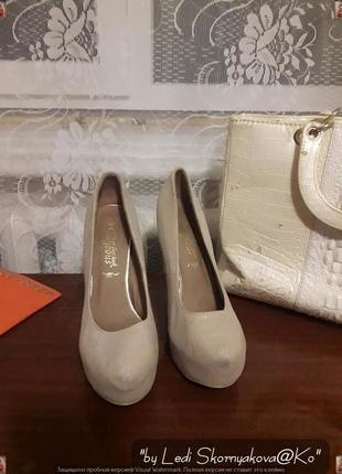 Бежевые фирменные new look туфли с золотистым напылением, размер 39