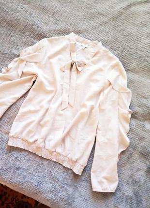 Трендовая блуза с воланами на рукавах